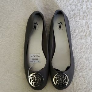 💜 5# Gray round toe flats w/ silver detail.